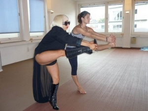lady-gaga-doing-yoga